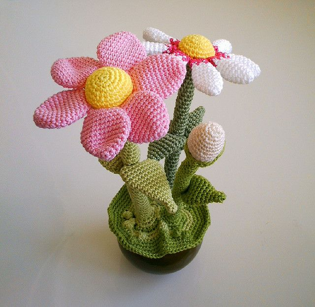 Omg I need this in my life - crochet plant pot!!