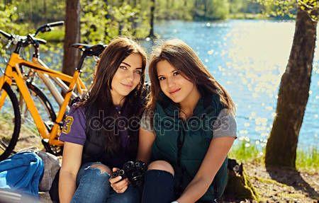 Dos chicas con cámara de fotos compacta — Fotos de Stock © fxquadro #127920838