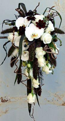 Brudbukett Bridal flowers. Ros Akito, gräs Setaria Red Jewel, phalaenopsis, smältlim som chokladgaller, trollhassel  http://holmsundsblommor.blogspot.se/2012/07/brudbukett-med-choklad.html 120731