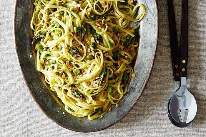 アスパラガスとくるみというヘルシーな食材を、にんにくとレモンをメインにシンプルな味付けで仕上げたスパゲッティーニ。個性的な食感を楽しめます。