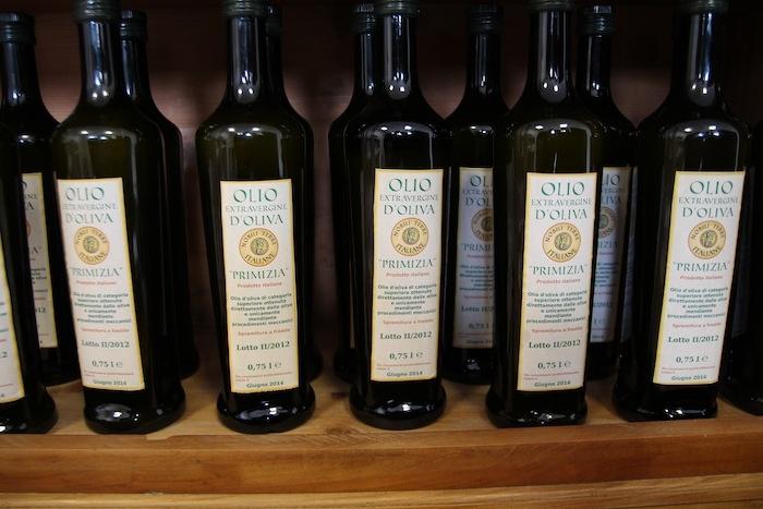 L'Olio Extravergine d'Oliva, prodotto da noi in Puglia, senza l'utilizzo di sostanze chimiche, nel pieno rispetto delle piante e delle persone.