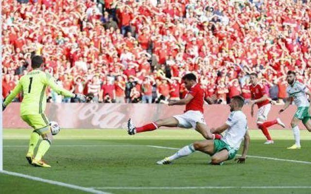 Video highlights Galles-Irlanda del Nord 1-0 (Euro 2016) La ripresa  vede un Galles più propositivo, che cerca  di far valere il maggiore  tasso tecnico nei confronti dei cugini  nordirlandesi. Ma i biancoverdi  si difendono ordinatamente e reggono  gli at #euro2016