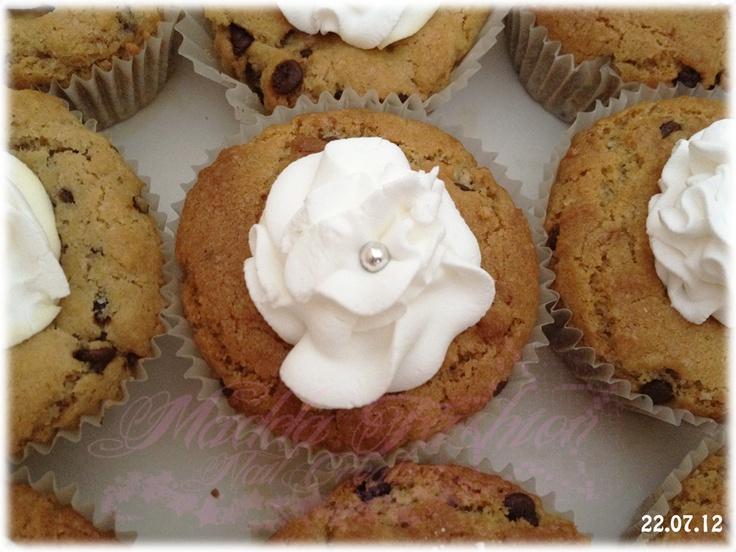 cupcake con gocce di cioccolato e ghiaccia (glassa) reale con zuccherino argentato.  Buona la ghiaccia reala è simile alla meringa.  nel dettaglio da vicino