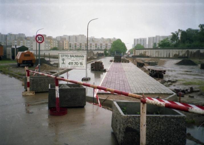 a2027 Berlin-Rosenthal, Bezirk Pankow, das Foto müsste auf dem Wilhelmsruher Damm entstanden sein, der gerade neu gebaut wird. Zur Orientierung: Hinten ist klein das Eisenbahnkreuz zu sehen, also müsste das dahinter das Märkische Viertel sein. Das Tempo-30-Schild steht noch auf DDR-Gebiet