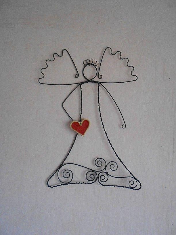 """Anděl srdečný... Anděl je udrátovaný z černého žíhaného drátu. V rukách drží velké keramické srdce uvnitř s roztaveným červeným sklem od """"Bédiny"""". Anděl je vysoký 25 cm a široký je 17 cm v křídlech. Je ošetřen proti korozi. Tento je už prodaný, ale mám několik velmi podobných :-). Každý je originál..."""