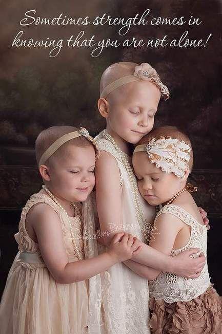 """Foto van drie omhelzende meisjes met kanker ontroert de wereld Een prachtige foto van drie Amerikaanse meisjes die elkaar innig omhelzen om samen de meest verschrikkelijke ziekte het hoofd te bieden, spreekt duidelijk voor zichzelf. Wereldwijd raken mensen diep ontroerd door dit schitterende beeld. """"Soms zit de kracht net in het feit dat je weet dat je niet alleen bent"""" is de boodschap op de foto en de combinatie van beeld en boodschap slaat de bal niet mis, het geef..."""