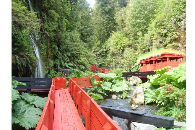 Termas Geométricas. Parque Nacional Villarrica. Regiòn De Los Lagos. Chile. 2009.