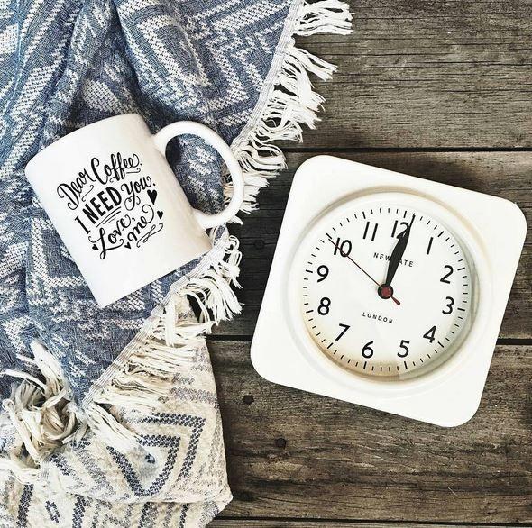 Näyttävä kello luo puitteet kokkailuun. NEWGATE®, The Biscuit, interiortodayfi, seinäkello, olohuone, keittiö, eteinen, työhuone, sisustus, design