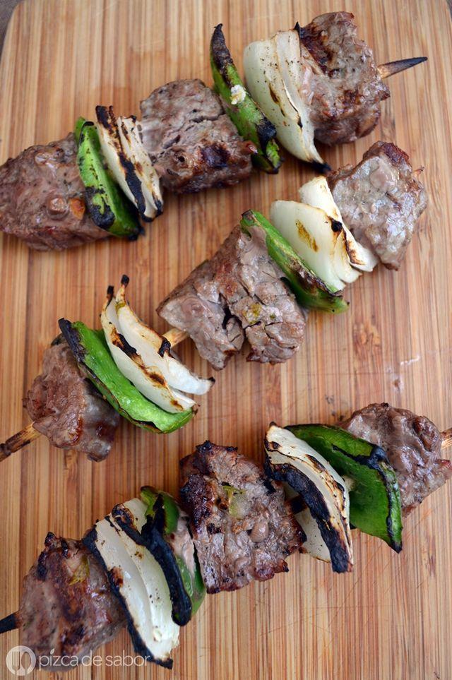 Una ricas brochetas de carne de res con pimiento morrón y cebolla morada. Una opción saludable de comida a la parrilla.