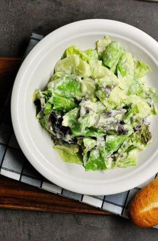 зеленый салат с заправкой из авокадо!