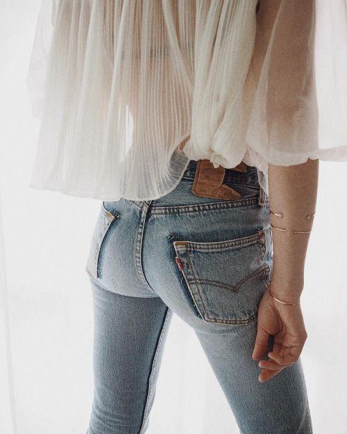 Weites, transparent-weißes Chiffontop zur hautengen hellbauen Skinny Jeans. Sexy, aber nicht übertrieben sexy, und kneift hoffentlich nur ein ganz kleines bißchen am knackigen Popo...