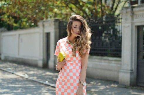 outfit of the day: abito a scacchi e sandali gialli fashion blogger