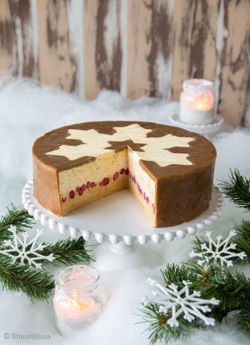 Muscovado-jäätelökakku Jokavuotinen jäätelökakkuperinne jatkuu ja tänäkin vuonna jouluani juhlistaa jäinen ihanuus, joka syödään jälkiruokana tai illalla kahvin kanssa. Pakastimessa valmistuvat kakut ovat huolettomia, koska leipomisen voi hoitaa hyvissä ajoin etukäteen. Toki miinuksena on se, että pitkää kuljetusmatkaa kakku ei kestä.