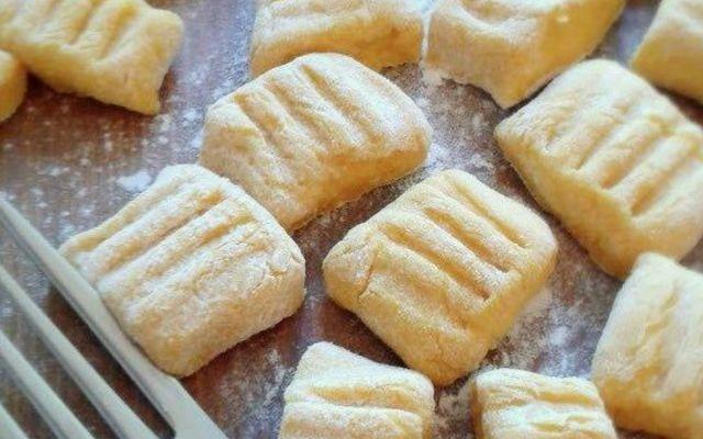 Butternut-Kürbis-Gnocchi mit Rosmarin-Parmesan-Soße zubereiten