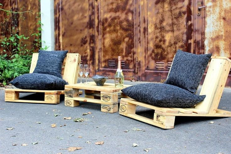 There are many attractive styles to create the patio furniture, but the urban style reclaimed wood pallet patio furniture looks amazing. Those who love to enjoy the time sitting on the patio with the friends should consider this idea because it not only makes the patio look nice, but also gives a comfortable place to
