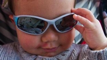 ¿Sabes la importancia de usar protección solar para los ojos desde pequeños? La exposición a rayos UV es acumulativa, inclusive en los ojos. Por eso usar lentes de sol en verano y en el invierno ayuda a disminuir las complicaciones oculares de los rayos UV.