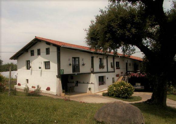 VIZCAYA, ZIORTZA-BOLIBAR. Casa Rural Monte Baserria. Antigua casa de principios del siglo XIX  con 7 dormitorios (uno adaptado), 5 baños, cocina, txoko, asador con horno de leña y dos salones. Al exterior cuenta con porche, jardín con barbacoa, huerta y zona de columpios. Situado en un entorno apacible y de gran belleza paisajística está cerca de numerosos lugares de interés como Gernika, las Cuevas de Santimamiñe, el Bosque Encantado de Oma, el Santuario de Urkiola. #CasaRuralAccesible