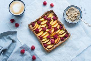 Glutenfri hindbærtærte med mandelsmør og nektariner