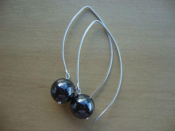 Brinco de prata e hematita; imã (óxido de ferro) Mede 3,5cm.  Frete grátis para compras acima de R$250,00. R$ 65,00