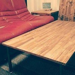 少し大きめのワイドサイズのアイアンタイプローテーブルでございます(^-^)塗料にはイギリス製のオイルを使い、木目がとてもキレイにでております。やはり仕上げにイギリス製のワックスを塗り込みさらに木目を際立たせます。テーブル脚にはアイアンタイプのブラックをご用意させて頂きました。テーブル脚の種類には円柱と角柱がございます。色はブラック ホワイト シルバーの3色から選ぶことが可能です。テーブル脚はウッドタイプもございます。ウッドタイプも木目を生かしたスタイルとなっております!☆製作時期などのお知らせがございますので、プロフィールの方をご覧下さいませ。********************◇サイズ:横 1200 縦710 高さ 320◇色:ダークウォールナット(オイルフィニッシュ)◇木材:天然木(SPF)  ********************サイズ等ご要望がございましたら、お気軽にお申し付けくださいませ(^ー^)アンティーク、テーブル、レトロ、ダイニングテーブル、リビング、洋風、北欧、ビンテージ。