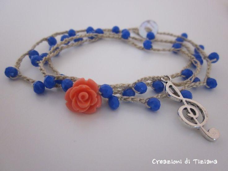 Bracciale all'uncinetto con pietre dure blu, rosa in resina rosa e ciondolo a forma di chiave di Sol.