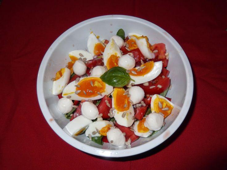 Salată de valeriană cu ouă și mozzarella