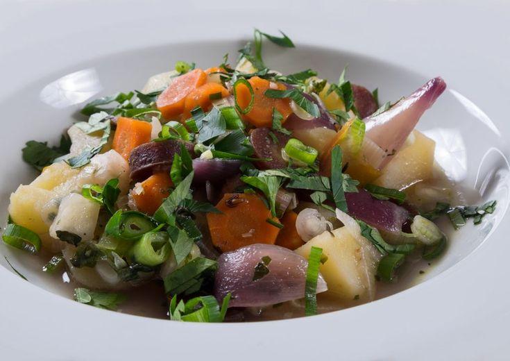 Kartoffeleintopf mit bunten Möhren. Nicht jedes Kind ist von Möhren begeistert, aber mit einem Kartoffeleintopf mit bunten Möhren ändert sich dies schlagartig.  Schon beim Schnippeln des Gemüses, denn das macht man gemeinsam, kommt Spaß auf. Am Ende liegen die bunten Zutaten bereit und müssen nur noch der Reihe nach gekocht werden. Denn damit jedes der Gemüse noch einen feinen Biss hat und nicht alles matschig wird, kommt eines nach dem anderen in den Topf.