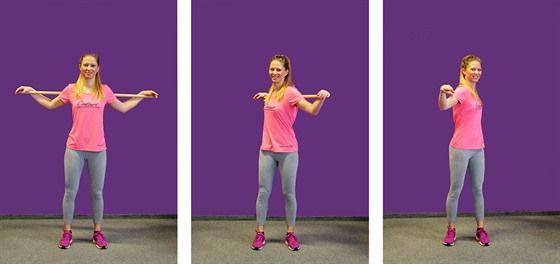 Posilování šikmých břišních svalů rotací s tyčí