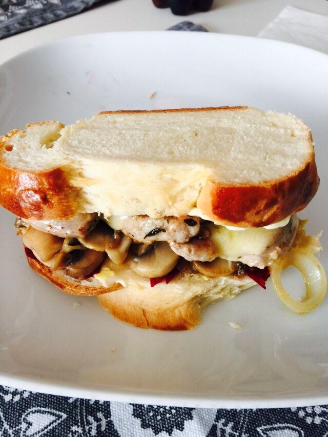 Züpfensandwich mit Schweinsfilet, Champignon und Greyerzer