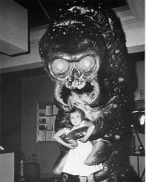 #fotostoriche Dietro le quinte di Il mostro che sfidò il mondo (1957) #fotografia #historypics #photography
