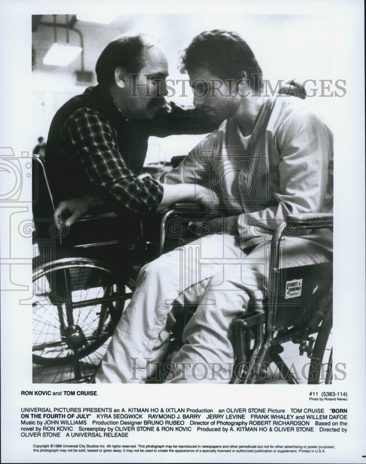 """1989 Press Photo Ron Kovic and Tom Cruise in """"Born on the Fourth of July"""""""