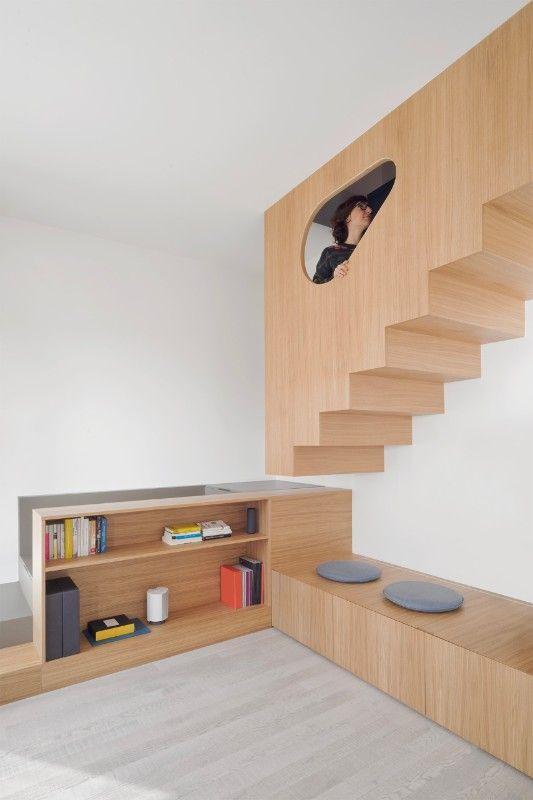 Lo studio genovese gosplan architects ha completato gli interni di una residenza, con un arredo unico che include scala, servizi e scaffali.