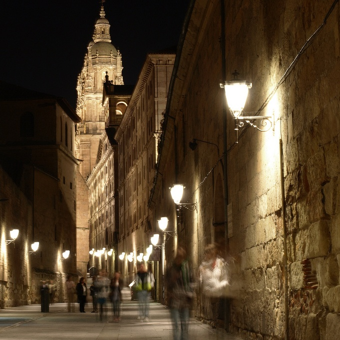 Salamanca. Calle Compañia. Hasta por la noche luce hermosa