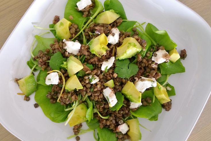 Linzen-postelein salade met avocado en geitenkaas