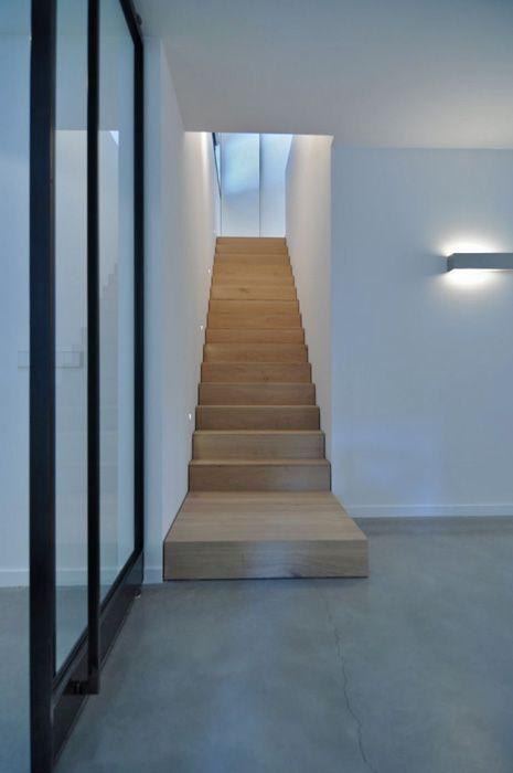 Eikenhouten trap, stalen taatsdeuren en gevlinderde betonvloer