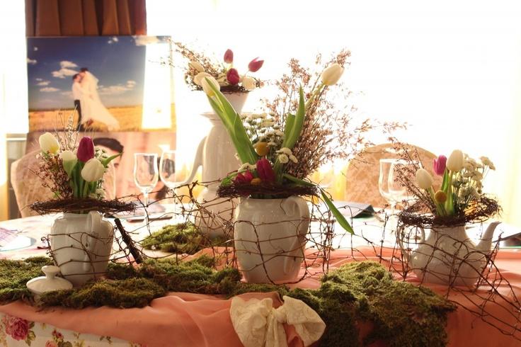 Aranjamente masă cu lalele albe si mov
