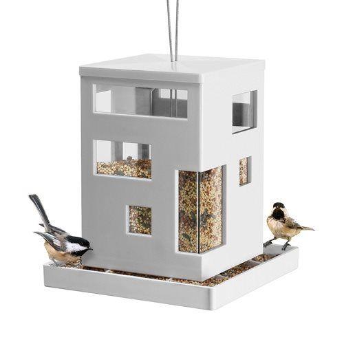 Voer de gevleugelde vrienden tijdens de koude wintermaanden een beetje bij en geniet zelf van het uitzicht met de vogels in de tuin. De zaadjes zijn door de klep bovenin bij te vullen en zakken naar beneden, zodat de vogeltjes lekker kunnen eten.
