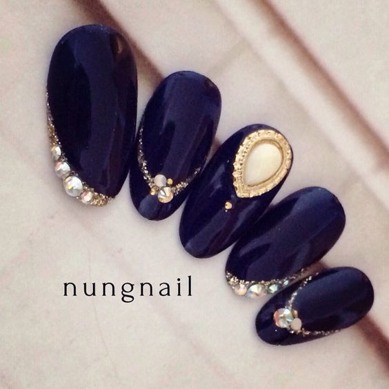 @pelikh_Dark blue golden and pearl nails