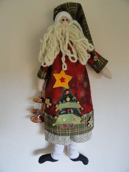 Papai Noel Nathan.  Ideal para pendurar na porta, parede ou árvore de Natal. Ela carrega uma linda lanterna.  Altura: 41 cm. R$ 68,00