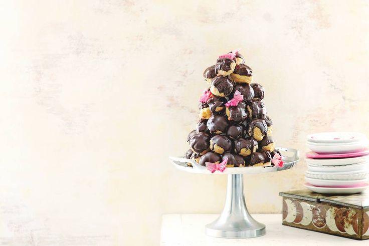 Bijna te mooi om op te eten, deze soezenstapel met chocolade, slagroom en marsepein - Recept - Allerhande