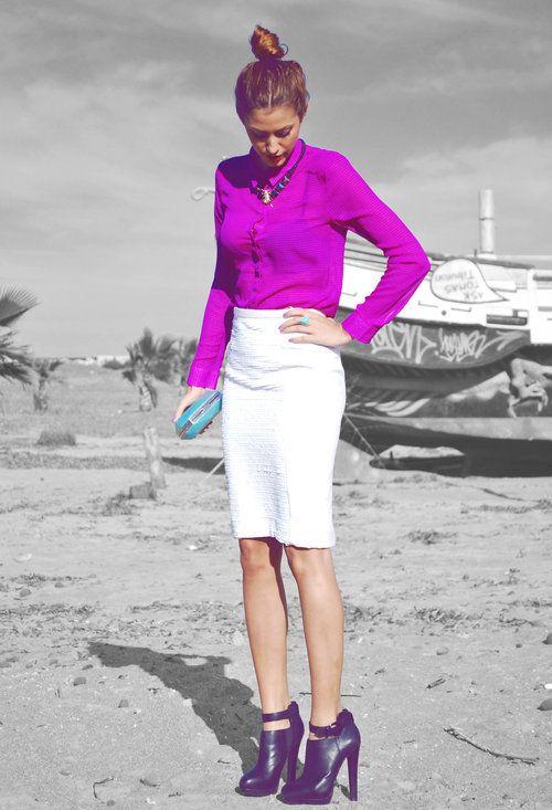 La opción más colorida, en blanco y morado. Una elección ya casi pensando en la primavera y en sus colores. Me encanta, pero me da que una falda blanca de este tipo sólo sienta bien si tienes las piernas más largas y estilizadas que un rascacielos.