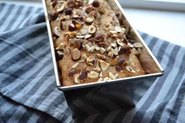 Het goede van noten wordt gecombineerd met het zoete van rijpe bananen en gedroogd fruit. Een winnaar dus, dit suikervrije, zoete notenbrood.