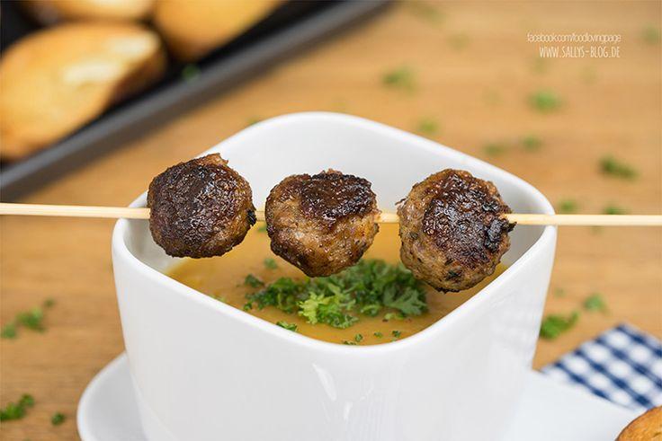 Möhren-Kartoffel-Suppe mit Fleischbällchen und Knusperbrot