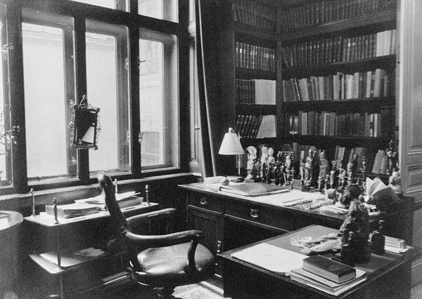 Sigmund Freud's writing desk