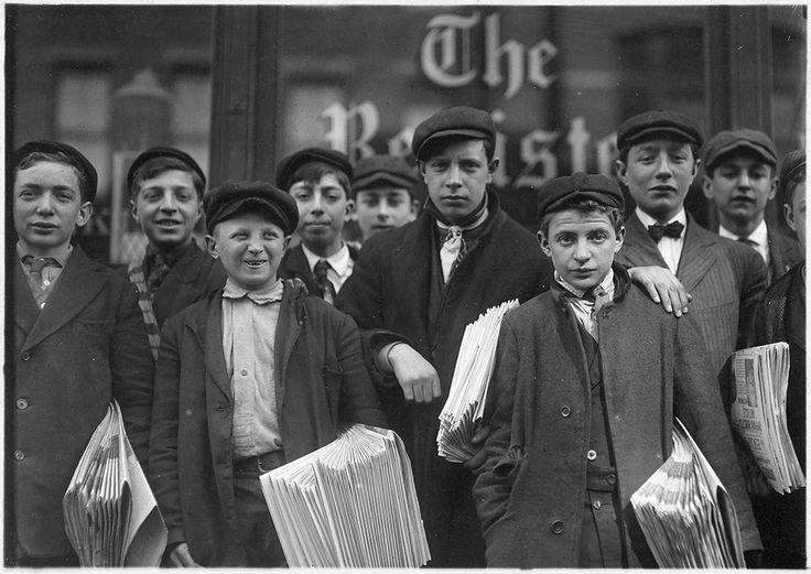 IlPost - Adolescenti di New Haven, Connecticut: alcuni di quelli nella seconda fila vendono giornali da sei, sette, otto anni (Lewis Hine, National Archives and Records Administration)