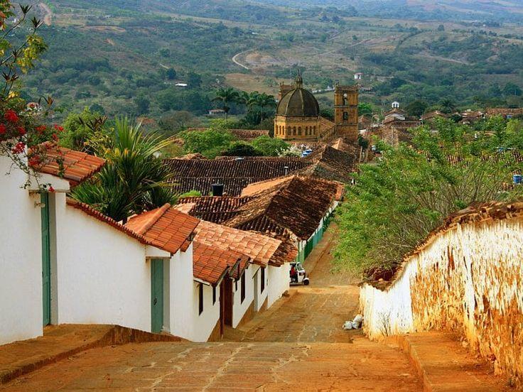 Perché à 1300 mètres d'altitude, dans le département de Santander, Barichara est l'une des plus belles petites villes coloniales de Colombie. Ses rues pavées en pente, ses maisons basses et son atmosphère paisible confèrent à Barichara un charme indéniable. En 1978 le village fut déclaré monument national pour la qualité de ses constructions traditionnelles en terre.