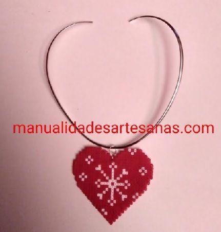 #Colgante de #mandala copo de #nieve forma #corazón rojo de #hama beads  #HOWTO #DIY #artesanía #manualidades