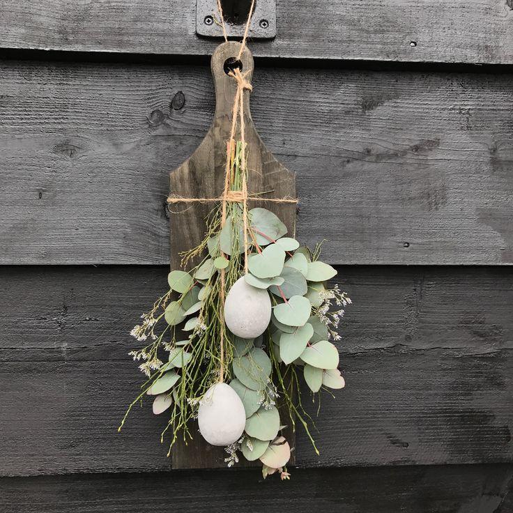 Houten plank met toef van eucalyptus bosbes limonium en twee betonnen eieren kan indrogen 15 euro verkrijgbaar op CreAnoeska.nl