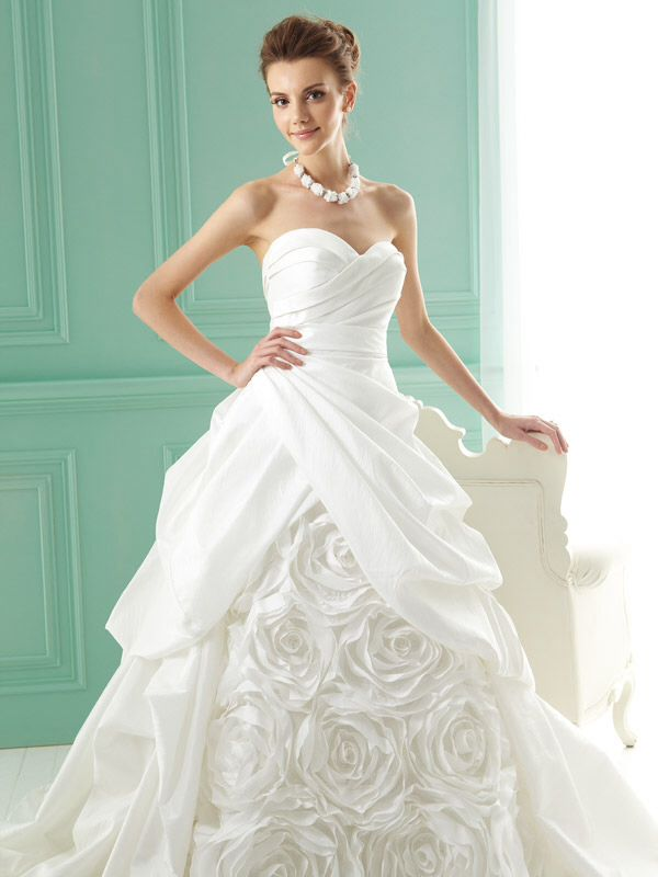 Pinterest discover and save creative ideas for Wedding dress heart shaped neckline