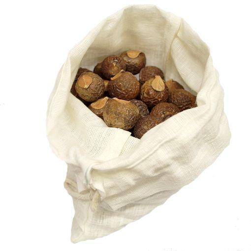 """Vit påse i lin för förvaring av tvättnötter samt 300 gram tvättnötter. Tvättmedel helt utan kemikalier. Innehåller saponin – naturens eget tvättmedel. Odlingarna besprutas inte då själva """"tvättmedlet"""" skyddar växten. Tvätt i maskin. 5-8 nötter i en tvättpåse eller tunnare strumpa. Tvätta som vanligt. Samma nötter kan användas 7 ggr = 98tvättar 0,59kr (59 öre) / tvätt. Beställ här http://vasterbottenssapa.se/produkt-kategori/tvatta"""